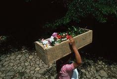 1981. Ataúd con el cuerpo del mismo niño fallecido de la forografía anterior. Campo de refugiados salvadoreños en La Virtud, Honduras.