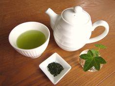毎日ごくごくのんでいるその「普通のお茶」大丈夫? 昔から食後の飲み物と言えば「日本茶」というイメージがあるほど、日本人には親しみのある「日本茶」。 日本で生産される日本茶は、ほとんど全てが「緑茶」です。その中にも煎茶や玉露など様々な種類がありますが、ここでは総称して日本茶とします。 今では、食後に急須で丁寧に入れた日本茶を飲むということを習慣にしている人は少ないのかなという印象があります。 ペットボトルの普及により、様々な種類のお茶がコンビニやスーパーなどで手軽に買えるようになり、日常的に飲んでる人は多いでしょう。 そんな身近な「日本茶」には、農薬に関する深刻な課題があると言われています。 お茶の木には少なくとも年4~5回以上農薬を散布するのが普通。 美味しいお茶の木(品種化されたもの)ほど、虫や病気に弱く、年に4~5回は農薬を散布するのが業界での常識。 それが、毎年行われているということは、土壌への農薬の蓄積も避けられないでしょう。 散布された農薬は、防除の目的を果たした後 ・日光による光分解 ・酵素や水との化学反応分解 ・風雨による洗い流し ・作物の代謝…