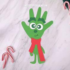 Little Grinch Handprint Craft - Kindergarten Basteln Kids Crafts, Baby Crafts, Toddler Crafts, Preschool Crafts, Craft Kids, Preschool Kindergarten, Classroom Crafts, Kids Diy, Craft Projects