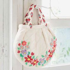 Make 30 colourful quilts, bags and accessories using patchwork, appliqué, embroidery, beading and other techniques. Coin Purses, Purses And Bags, Sewing Ideas, Sewing Patterns, International Quilt Festival, Quilted Gifts, Cute Quilts, Flower Quilts, Sew Simple