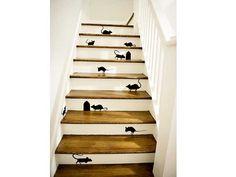 Des motifs souris noirs en stickers posés sur les contres marches blanches de l'escalier en bois animent le passage avec humour. Une déco d'escalier pas cher