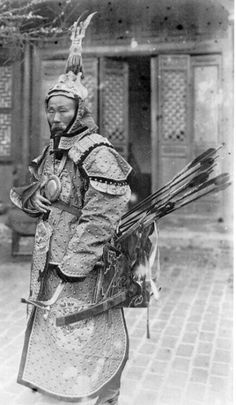 Heavily armed Chinese archer from XIX century possibly prior to the First Si Old Pictures, Old Photos, Korean Traditional Clothes, Chinese Armor, Chinese Weapons, Samurai Warrior, Medieval Armor, Tibet, Middle Ages