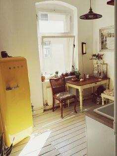 Berliner Altbauküche mit schönen alten Stühlen und Retro-Kühlschrank.  #Altbau #Berlin #kitchen