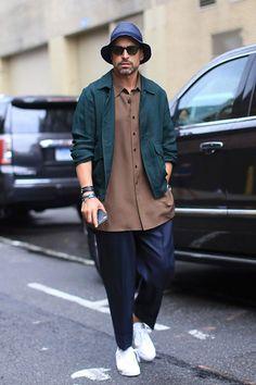 2015-08-25のファッションスナップ。着用アイテム・キーワードはサングラス, シャツ, スニーカー, スラックス, ハット, ブルゾン, ブレスレット,etc. 理想の着こなし・コーディネートがきっとここに。| No:122313