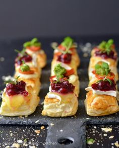 Finger food for New Year's Eve puff pastries with two types of topping - delicious dishes around my kitchen Party Finger Foods, Finger Food Appetizers, Vegan Appetizers, Snacks Für Party, New Years Eve Dessert, New Years Eve Food, Christmas Finger Foods, Tapas, Fingers Food