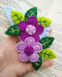 Corner bookmark with flowers and leaves, felt bookmark; gift for readers and teachers; Felt Crafts Diy, Felt Diy, Sewing Crafts, Sewing Projects, Crochet Crafts, Felt Embroidery, Felt Applique, Felt Flowers, Fabric Flowers