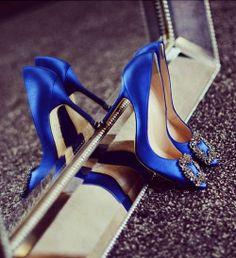 Sapato azulão com acessório em pedras