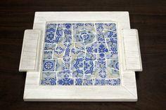 Bandeja de mosaico de tecido e vidro aplicado sob MDF com pintura provençal. <br>Também disponível em outras estampas. Consulte-nos! <br> <br>Obs.:Os itens (xícaras, leiteira e etc) apresentados nas fotos são ilustrativos e não acompanham o produto.