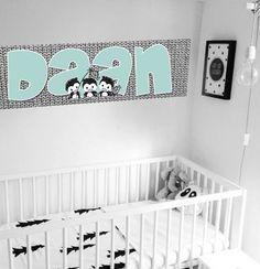 Leuke muurdecoratie voor een eigentijdse babykamer! Met deze naam muursticker maak je makkelijk een unieke sfeer. Kleuren zwart, wit, grijs, mint.  Merk: Kleefenzo