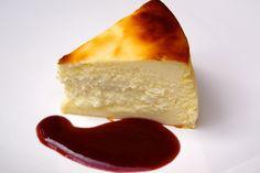 Une recette toute simple et légère. Parfait pour terminer un repas un peu copieux. I ngrédients pour 6 personnes: 500 g de fromage blanc 100 g de sucre 90 g de farine 3 oeufs zeste d'un citron jaune coulis de framboises Préparation : Râper le zeste du... How To Make Cheesecake, Cheesecake Recipes, Köstliche Desserts, Delicious Desserts, Good Food, Yummy Food, Pastry Cake, Sweet Cakes, Cheesecakes