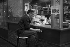 Coffee time - Pause café pour ce restaurateur du Marché Saint-Quentin, Paris 10e.