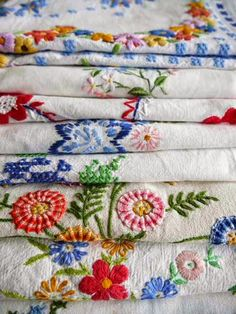 Embroidery Vintage Beautiful stack of tablecloths, better out than hidden away in the closet. Vintage Embroidery, Embroidery Patterns, Hand Embroidery, Embroidery Sampler, Christmas Embroidery, Floral Embroidery, Vintage Tablecloths, Linens And Lace, Vintage Textiles