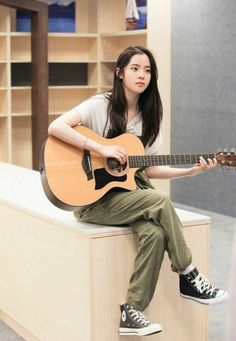 Human Poses Reference, Pose Reference Photo, Musician Photography, Girl Photography, Cute Young Girl, Cute Girls, Girl Artist, Guitar Girl, Ulzzang Korean Girl