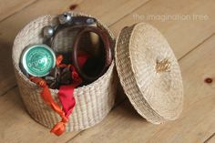Create a travel size treasure basket for carrying in your bag to keep your baby busy and playful while out and about! Based on the Montessori and Reggio principles of heuristic play (playing with everyday objects), these baskets promote curiosity, open-ended thinking and plenty of investigative skills! Have you ever made a treasure basket for …