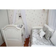 Enxoval de berço em percal 400 fios bordado com balões! E cama em shantung de seda e percal!  Resultado harmonioso e clean!  Fotos: @zuleicamorais  Projeto: @lindavmartins