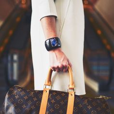 Designer Handbags and Discount Shopping. Everyone wants brand name accessories, especially in the trendy fashion circles. Many of us have been tempted to buy one of those Louis Vuitton replicas, Classy Outfit, Fashion Magazin, Gucci, Look Thinner, Street Style Women, Blockchain, Louis Vuitton Monogram, Nice Dresses, Ideias Fashion