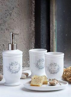 Flott baderomssett i serien Le Bain. Du får både såpedispenser, 2 tannglass og såpeskål for kr 299,-. I serien finnes også søppelbøtte og toalettbørste.