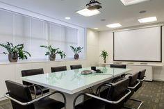Sala de reunião em branco e preto. Projeto Ambienta Arquitetura.