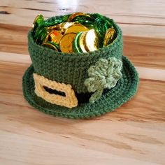 Leprechaun hat that is a bowl filled with plastic coins. Bowl has shamrock and buckle. Holiday Crochet, Crochet Gifts, Free Crochet, Knit Crochet, Crochet Bags, Thanksgiving Crochet, Crochet Baskets, Crocheted Blankets, Unique Crochet