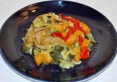 41 – ENSALADA DE CALABAZA: 1 kg. de calabacín - 1 cebolla - 250 gr. de zanahorias - Media latita de pimientos rojos - Aceite de oliva – Vinagre - Medio vaso de agua - Cocemos los calabacines bien lavados y troceados, junto con la cebolla picadita y la zanahoria también pelada y laminada; necesitaremos tan sólo diez minutos en la olla rápida y medio vaso de agua. - Finalmente añadimos aceite de oliva, vinagre y sal al gusto; serviremos templado o frío adornado con un poco de pimiento rojo.