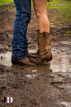 Muddy boot engagement More from my site Credit to: edical photography and design black and white country engagement photos cowboy boots old truck Country Engagements Country Girl Life, Cute N Country, Country Girls, Cute Country Couples, Country Prom, Country Couple Poses, Country Couple Pictures, Country Fall, Country Living
