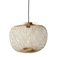 Verlichting is een belangrijk, bepalend element in het interieur. Kies daarom een lamp die er goed uitziet, maar ook mooi en sfeervol licht verspreidt. Bloomingville snapt dat en ontwierp een prachtige collectie sfeervolle hanglampen.