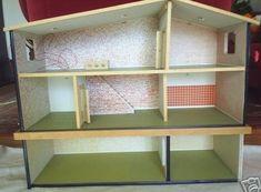 Hanse dukkehus med grønne gulv, appelsin baggrunde og et ekstra niveau.  Variationer af denne dukkehus har de samme baggrunde, men brun eller grøn gulv. Måske blev de produceret mellem husene med grønne gulve og grå vægge, og dem med orange gulve og vægge? Denne version har grøn gulve og et ekstra niveau. Bemærk den hvide landing skinne med 3 cirkulære udskæringer. En flad-overdækket hus med samme udsmykning ordningen (Orange wallpapers, grønne gulv) blev også produceret