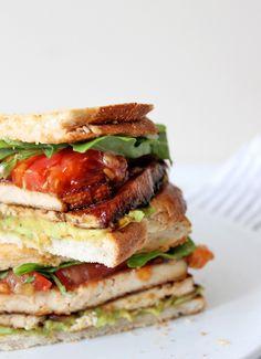 Vegan Breakfast Sandwich with Tofu & Avocado Breakfast Sandwich Recipes, Breakfast Toast, Savory Breakfast, Delicious Vegan Recipes, Vegan Meals, Vegan Vegetarian, Marinated Tofu, Sandwich Fillings, Sandwiches