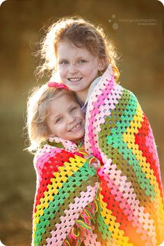 love the afghan for an outdoor shoot in cooler weather, and great pop of color! #photography #kids