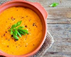 Simply Elegant Raw Indian Carrot Coconut Soup this soup is enriching to both the body and soul with delicious, coconutty spice Health Soup Recipes, Vegan Recipes, Cooking Recipes, Carrot Coconut Soup, Green Smoothie Girl, Cuisine Diverse, Winter Food, Soups And Stews, Soul Food