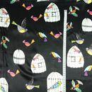 Süß gezeichnete Vögel, die aus den Käfig befreit wurden in nun in die Freiheit fliegen! Seidensatin ist dichter gewebt und daher nicht transparent wie ein Seidenchiffon. Er hat einen schönen Glanz...