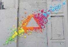 origami 1  Mademoiselle Maurice est une artiste française qui a entrepris d' »origamiser » les rues de Paris, en collant à la main un à un, avec minutie, ses origamis pour en faire des figures très colorées. De l'art respectueux de l'environnement et éphémère, pour embellir et égayer les rues de Paris.
