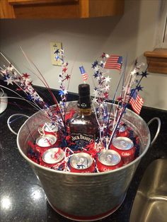 Jack Daniels and coke. Used styrofoam on bottom and decorative shredded paper to fill around coke cans. Alcohol Gift Baskets, Liquor Gift Baskets, Alcohol Gifts, Raffle Baskets, Jack Daniels Party, Jack Daniels Gifts, Fathers Day Baskets, Chinese Auction, Birthday Gifts
