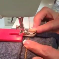 Best 11 Today I show you a trick from the sewing box of my grandma. With a han … grandma sewing stoffFalten today trick Sewing Lessons, Sewing Class, Sewing Box, Sewing Basics, Sewing Projects For Beginners, Sewing Tutorials, Sewing Hacks, Sewing Tips, Diy Couture