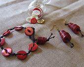 Orecchini pendenti, Cono Rosso, e/o braccialetto tono su tono. Bottoni vintage, in madreperla rossa.