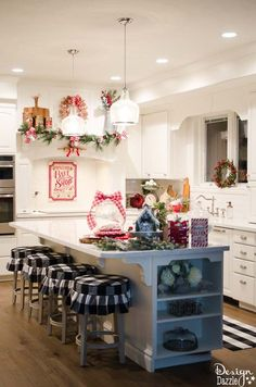 https://i.pinimg.com/236x/8c/81/de/8c81de460d2da2e0d4ca8597419e028b--christmas-porch-christmas-kitchen.jpg