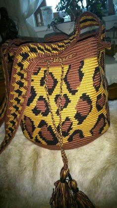 Mochila leopardenmuster Crochet Purses, Crochet Bags, Mochila Crochet, Tapestry Crochet Patterns, Tapestry Bag, Manta Crochet, Lion Brand Yarn, Leopard Pattern, Crochet Fashion