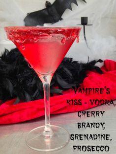 Vampire's Kiss Halloween Cocktail with Vodka, Cherry Brandy, Grenadine and Prosecco Halloween Drinks Kids, Halloween Shots, Halloween Party Drinks, Creepy Halloween, Halloween Night, Halloween 2020, Halloween Treats, Halloween Alcoholic Drinks, Halloween Menu