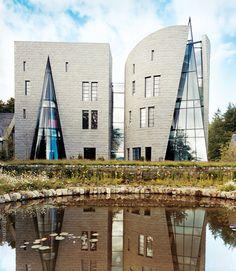 Фасады Коррур-Лодж, построенного архитектором Моше Сафди, облицованы гранитом.