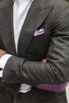 Elegantes Sakko mit violettem Fensterkaro, schön kombiniert mit farblich passendem Pochette.
