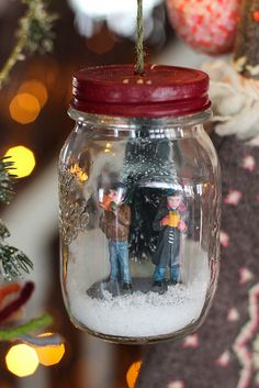 super cute!! Would be neat to do a whole village like this. Different scenes in each jar, different size jars. You can have the cuteness of the snow without the mess! Winter Christmas, Christmas Gifts, Christmas Projects, Holiday Crafts, Xmas, Christmas Decorations, Christmas Ornaments, Couple Ornaments Diy, Christmas Tree