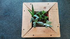 Such beautiful wooden flowerpot made of recycled pallets :)