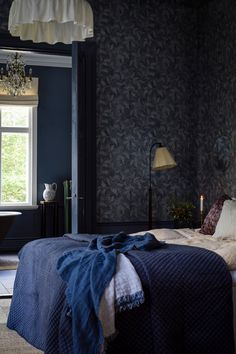 Rosewood Night by Boråstapeter – Blue & Beige – Wallpaper – 1904 Create a modern, opulent bedroom with this beautiful Rosewood Night wallpaper design. Wallpaper Design For Bedroom, Beige Wallpaper, Interior Styling, Interior Design, Modern Interior, Sombre, Blue Wallpapers, Blue Bedroom, Luxurious Bedrooms