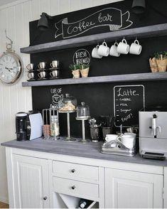 ambiance cocooning, décoration mur, coin de boisson, horloge, tasses de café
