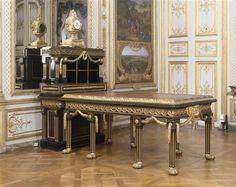 Bureau-cartonnier de Lalive de Jully, vers 1757, Joseph Baumhauer avec bronzes de Caffieri, Chantilly, Galerie des Batailles.   Bâti en chêne, ébène et laiton. Placage en ébène, bronze doré et cuir.  Ce meuble dit « à la grecque », dessiné sur les cartons de Louis-Joseph Le Lorrain, s'inspire de l'Antiquité, alors à la mode grâce à la découverte de Pompéi et d'Herculanum. Ce meuble reste dans l'histoire des arts décoratifs l'un des prototypes les plus révélateurs des débuts du…