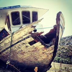 AUS BESSEREN TAGEN | Noch immer stolz den Bug gegen den Himmel ragend, jedoch ein wenig ramponiert und sicherlich ausgedient - wohl ein Liebhaberstück. Greece Travel, Insight, Proud Of You, Heavens, Greece Vacation