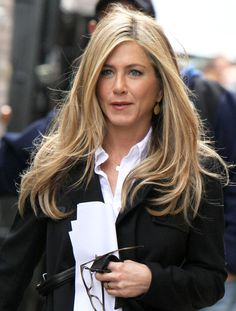 Jennifer Aniston The daughter of actors John Aniston and Nancy Dow, she began working as an actress at an early age with an uncredited role in the 1987 film Mac and Me. Jennifer Aniston Style, Jennifer Aniston Photos, Jennifer Connelly, Nancy Dow, Long Layered Hair, Long Hair Cuts, Long Hair Styles, Justin Theroux, Philip Johnson