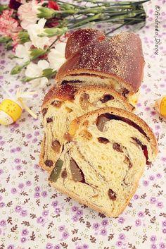 Cozonac cu stafide si rahat (Romanian Christmas Bread) - recipe in Romanian Romanian Desserts, Romanian Food, Romanian Recipes, Christmas Bread, Christmas Baking, Cooking Photos, Milk Recipes, Sweet Bread, Holiday Desserts