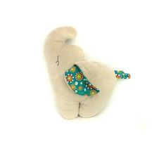 """Mit ihrem langen Rüssel und ihren großen Ohren ist Kamika ein toller erster Kuschelbegleiter. An Beinen, Rüssel, Ohren und Schwanz können Babys den Kuschelfant greifen und erforschen.  Du kannst Kamika als """"Rassel (20x25cm)"""" oder als """"Kuschelkissen (35x45cm)"""" nähen. Kamika ist anfängertauglich und lässt sich in weniger als 2 Std. nähen."""