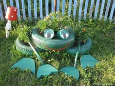 20 Fabulous Art DIY Garden Projects for This Spring - frog tire garden art Garden Crafts, Diy Garden Decor, Garden Projects, Garden Decorations, Garden Ideas, Patio Ideas, Art Projects, Tire Garden, Garden Junk
